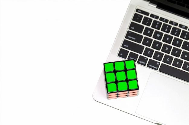 ラップトップ上のルービックキューブ。上面図。 copyspace
