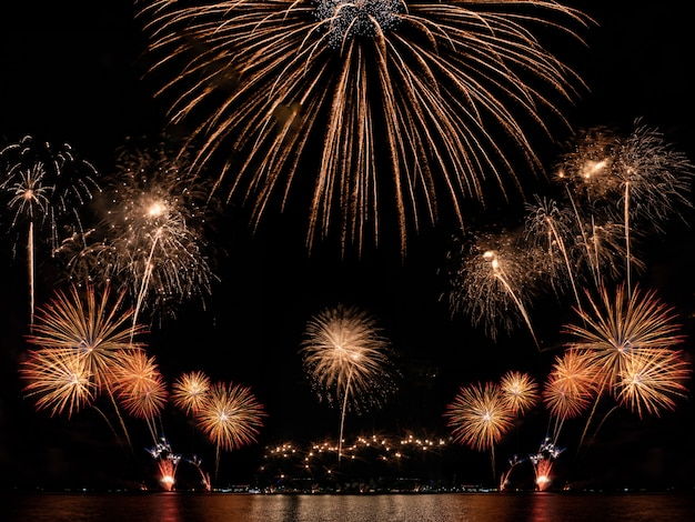 Copyspaceと黒い空を背景にカラフルな花火。お祝いと記念日