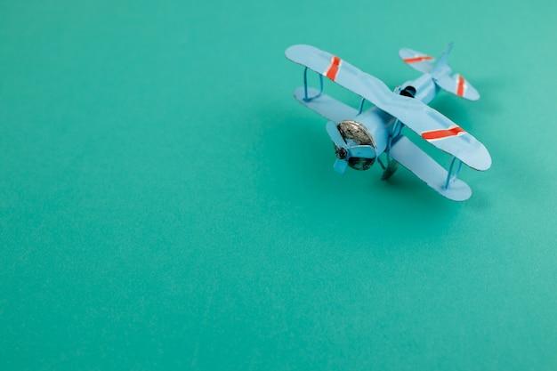Copyspaceの古い軽飛行機のおもちゃ。旅行のコンセプト