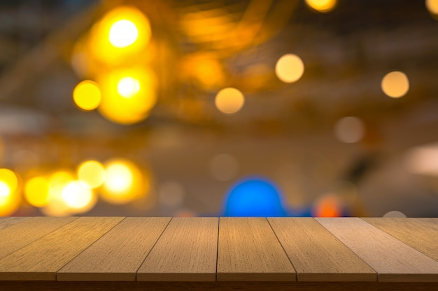 ビューがぼやけた背景の木製棚。ディスプレイ製品に使用できます。 copyspace。