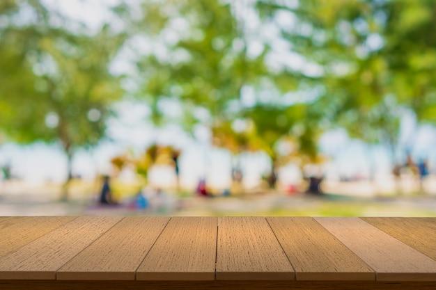 Деревянные полки с размытым фоном. вы можете использовать для отображения продуктов. copyspace.
