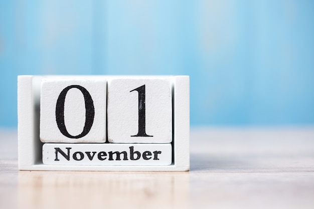 Здравствуйте, ноябрь белого календаря на дереве с copyspace