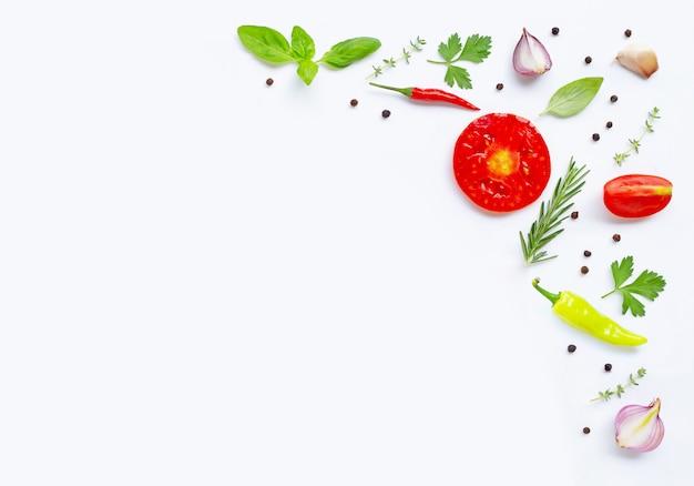 様々な新鮮な野菜やハーブcopyspaceと白い背景の上。健康的な食事のコンセプト