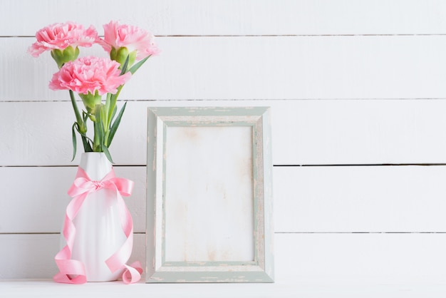 バレンタインの日と愛の概念。花瓶にピンクのカーネーションの花。 copyspace