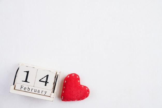 バレンタインの日と愛の概念。赤いハートと白い木の木製ブロック。 copyspace