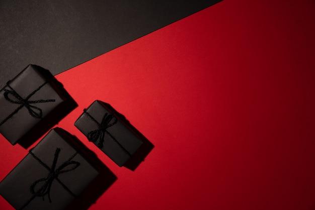 Copyspace、ブラックフライデーと黒と赤の背景に黒のギフトボックス