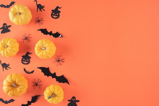 Взгляд сверху ремесел хеллоуина на оранжевой предпосылке с copyspace