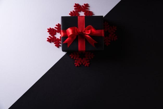 Copyspace、ブラックフライデーと黒の背景に黒のクリスマスボックス