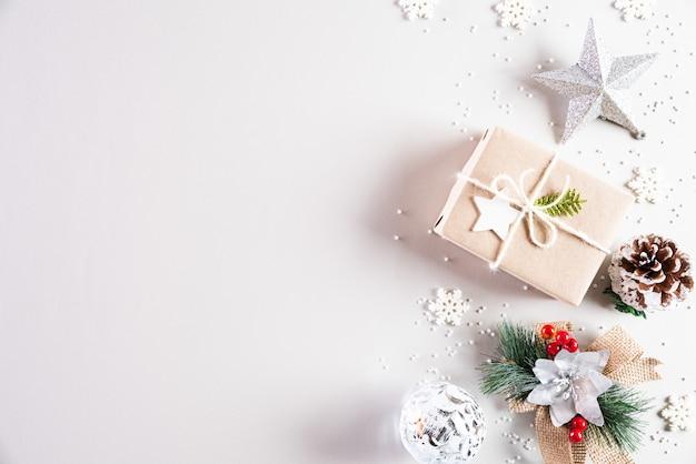 テキストのcopyspaceと白のクリスマス休暇組成。