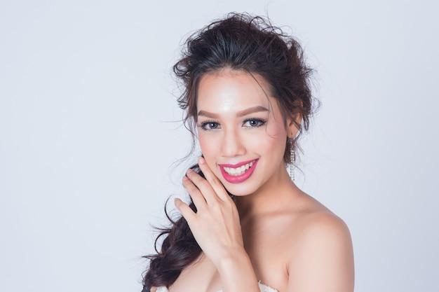 スキンケアや健康のためのきれいな新鮮な肌と美しい笑顔の女性とcopyspaceの概念を構成