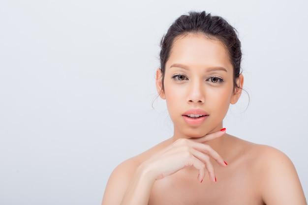 柔らかい肌とプロの顔メイクと美容若いモデルの女性の顔。ファッションメイクと化粧品copyspace