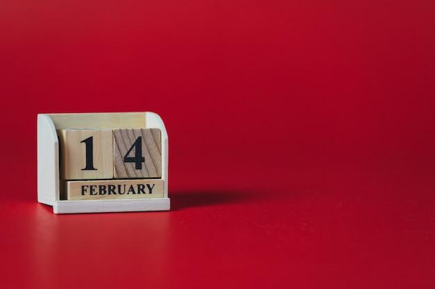 Деревянный блок-календарь и красный copyspace, тема дня святого валентина