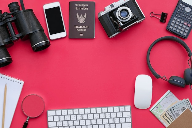 Плоский рельеф аксессуаров для путешествий и приключений на розовом фоне стола с copyspace