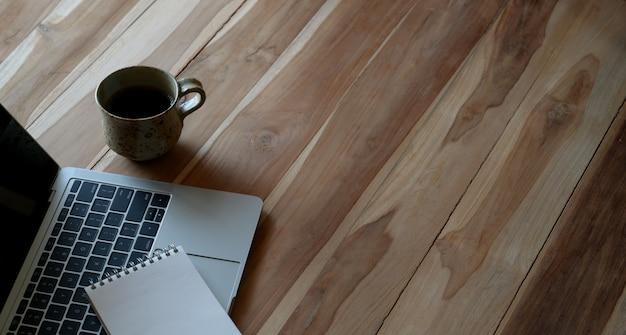 ノートパソコンとcopyspaceの白い素朴な机のオーバーヘッドビュー