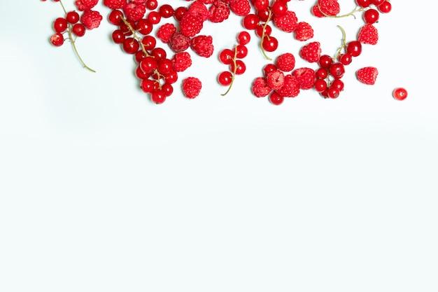 Свежие сочные ягоды малины на синем фоне с copyspace. вид сверху, плоская планировка