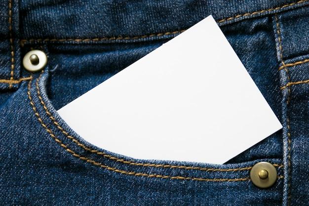 空白のホワイトペーパーまたは販売テキストまたはビジネスコンセプトのcopyspaceとブルージーンズの前ポケットにカード