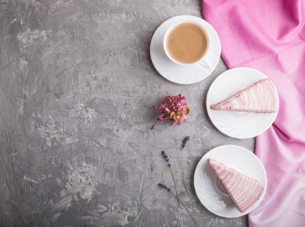 Домашний розовый чизкейк с чашкой кофе. вид сверху, copyspace.