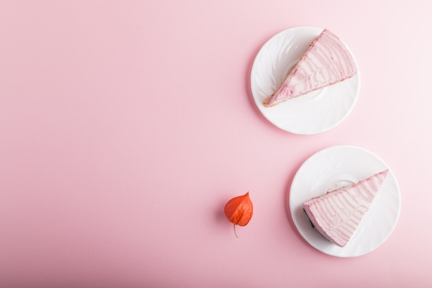 Домашний розовый чизкейк. вид сверху, copyspace.