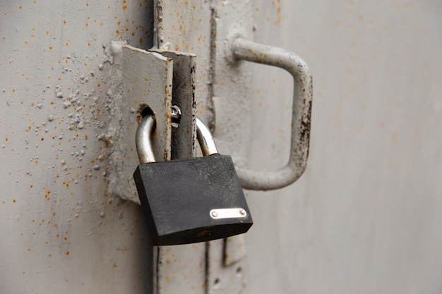 Фон двери с замком в металлическом материале и copyspace на стене