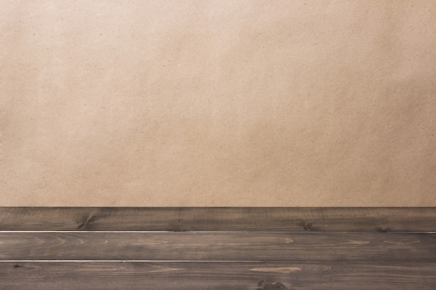 Copyspaceとぼやけた茶色の背景に対して古い空の素朴なグランジ木製テーブルトップ