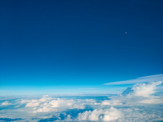 Восход солнца над облаками из окна самолета. яркое голубое небо сверху горизонтальный вид copyspace. концепция путешествия вид на двигатель.