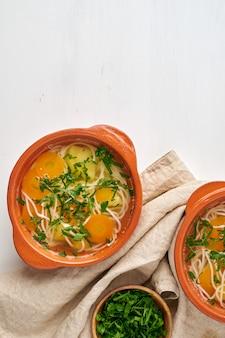 Здоровый куриный суп с овощами и рисовой лапшой, диетическая диета, вид сверху copyspace