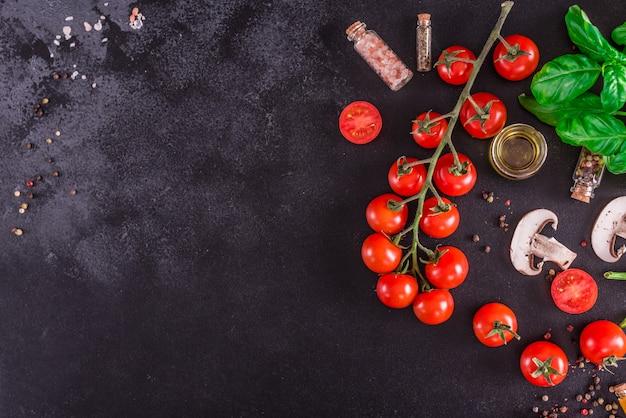 おいしいイタリアのピザの準備のための原料。 copyspaceの背景