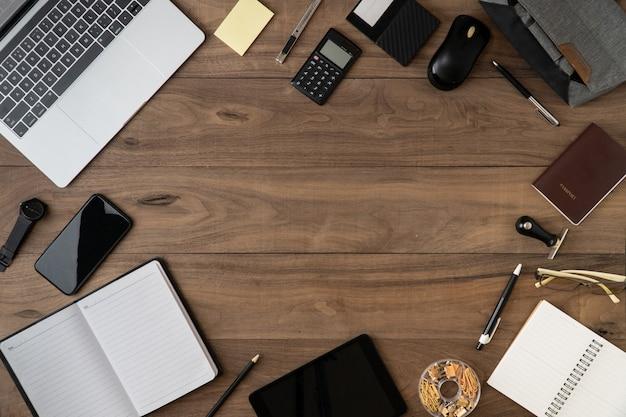 ビジネスアクセサリーオブジェクトリストcopyspaceフラット横たわっていた木製のテーブル