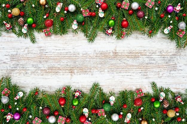 Рождество рождественская елка с отделкой на белом деревянном. copyspace