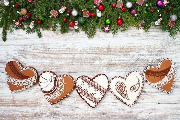 Рождество домашнее рождественское печенье и рождественские ели на белом деревянные. copyspace, вид сверху.