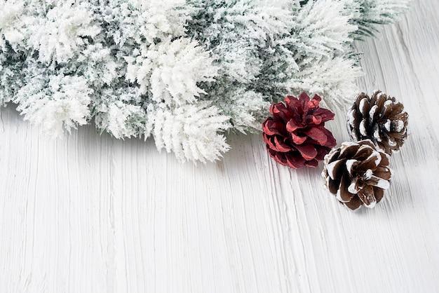 ホワイト・クリスマス 。装飾クリスマスのモミの木の枝。 copyspace。グリーティングカード