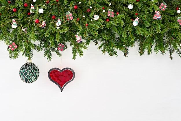 クリスマスの背景。白い背景の上の装飾とクリスマスのモミの木。 copyspace。