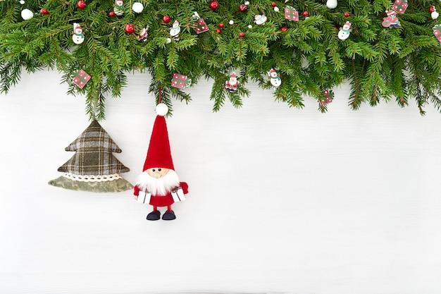 クリスマスの背景。白い木製の背景にサンタとクリスマスの装飾。 copyspace、トップビュー