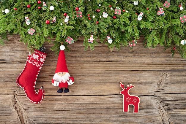 クリスマスの背景。木製の背景にサンタのクリスマスの装飾。 copyspace、トップビュー