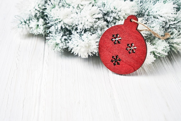 ホワイトクリスマスの背景。装飾クリスマスのモミの木の枝。 copyspace。グリーティングカード