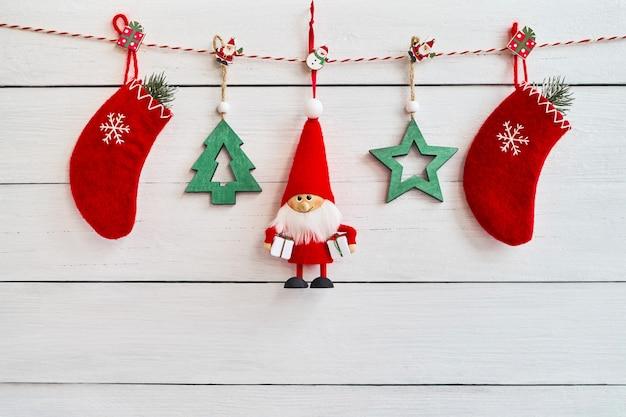クリスマスの背景。白い木製の背景のクリスマスの装飾。 copyspace、トップビュー