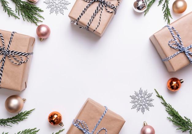 Рождественская композиция с украшениями и подарочная коробка с звезды конфетти на белом. зима. плоская планировка, вид сверху, copyspace.
