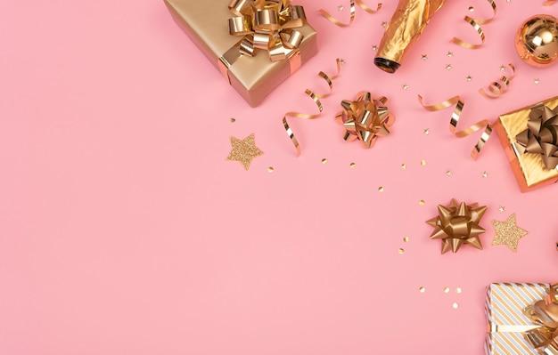 Рождественская композиция с украшениями и подарочной коробке со звездным конфетти на розовой пастели. зима. плоская планировка, вид сверху, copyspace.