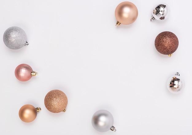 Рамка состава рождества с украшениями и шарик рождества на белизне. зима. плоская планировка, вид сверху, copyspace.