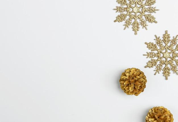 Макет рождественские композиции с украшениями и снежинка с звезды конфетти на белом. зима. плоская планировка, вид сверху, copyspace.