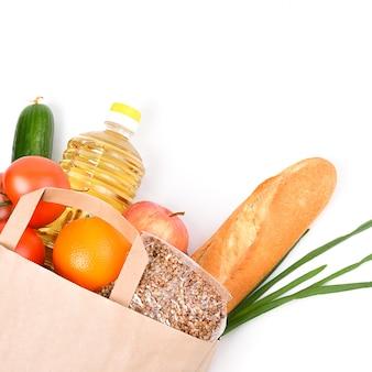 Бумажный пакет с продовольственными запасами на время карантинной изоляции на белом фоне. copyspace.