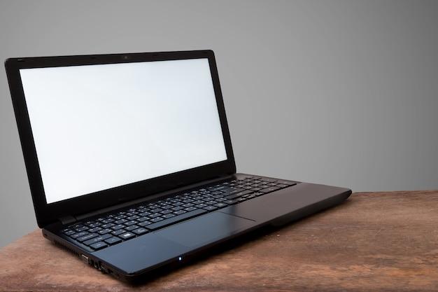 ラップトップとモックアップcopyspaceの概念、グレーの背景。