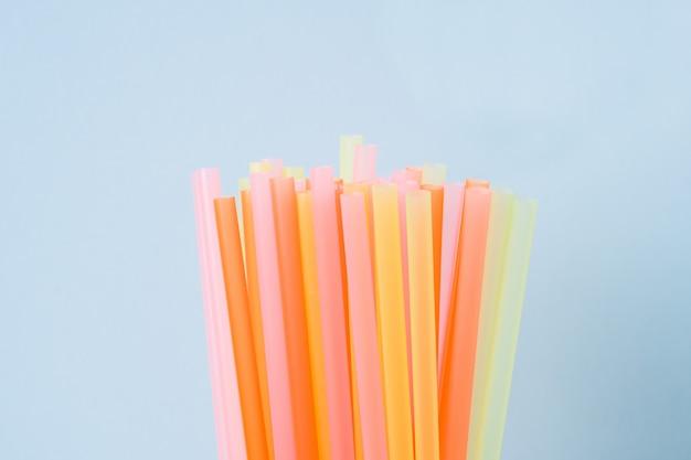 Аннотация красочные пластиковые соломинки для питьевой воды или безалкогольных напитков. выборочный фокус. copyspace