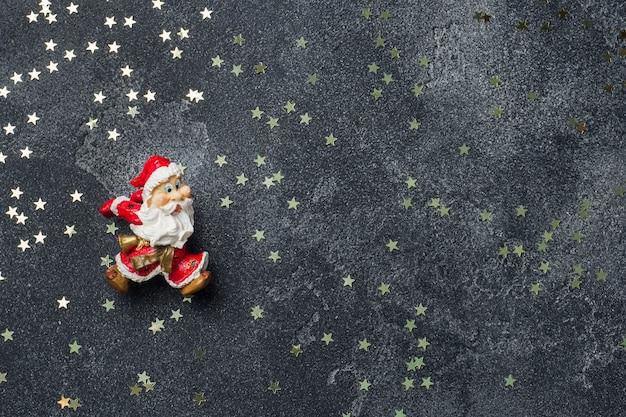 Концепция рождественской ночи. санта на темной звезде. copyspace