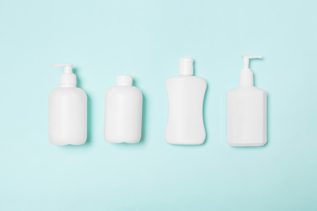 Copyspaceと青、トップビューで分離された白い化粧品容器のセット。