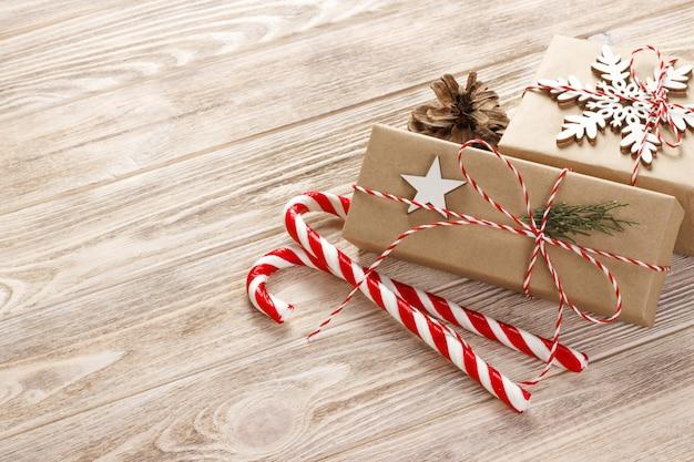 Рождественские праздники композиция на белом деревянные с елочные украшения и copyspace