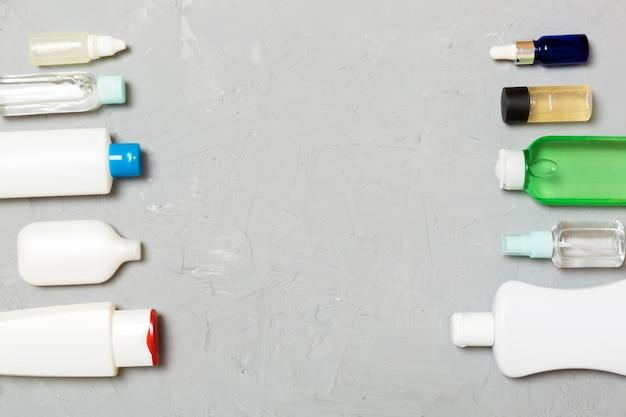 プラスチック製のボディケアボトルのフレームあなたの設計のための緑の空のスペースに化粧品とフラットレイアウト構成。白い化粧品容器のセット、copyspaceとトップビュー