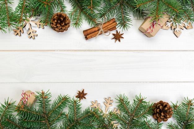 Copyspace、トップビューでクリスマス。木製のテーブルに設計するための休日