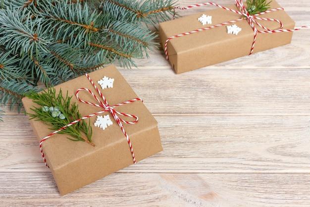 Вид сверху домашний подготовленный рождественский подарок. copyspace