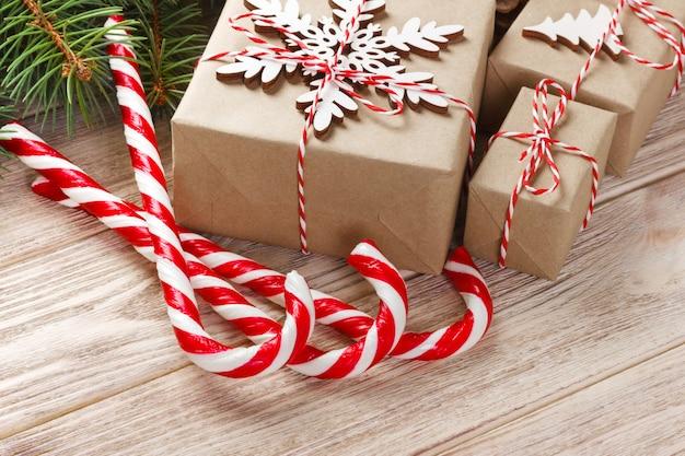 クリスマスギフトボックスと木製のテーブルにモミの木の枝。 copyspaceのトップビュー
